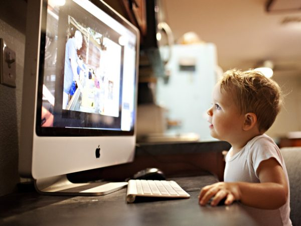 toddler-boy-playing-on-a-computer_t20_7O8jay